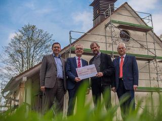Spendenübergabe (v. l.): Oberbürgermeister Klaus Muttach, Sparkassen-Direktor Karl Bähr, Pfarrer Hans-Gerd Krabbe und Sparkassen-Direktor Klaus Stroh