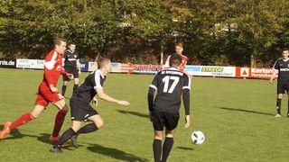 Der SC Offenburg (schwarzes Trikot) hatte in Elchesheim nicht viel zu bestellen und verlor mit 0:2.