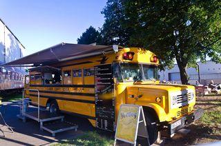 Zum Foodtruck umgebaut: ein originaler Schulbus aus den USA