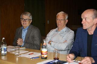 """""""Händeringend"""" appellierte Bürgermeister Manfred Wöhrle (links) an die Vereine, mehrere Veranstaltungen nicht auf den gleichen Termin zu legen. Neben ihm die beiden Vereinsprecher Manfred Müller und Reinhold Reichenauer."""