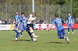 Der SV Oberachern (blaues Trikot), hier mit Timo Schwenk (Mitte) und Gabriel Gallus (vorne), erkämpfte sich einen ganz wichtigen Heimsieg gegen Sandhausen.