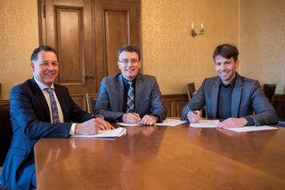 Harald Linder, Bürgermeister Thorsten Erny und Jan Hellfritz (von links) bei der Unterzeichnung des städtebaulichen Vorvertrags.