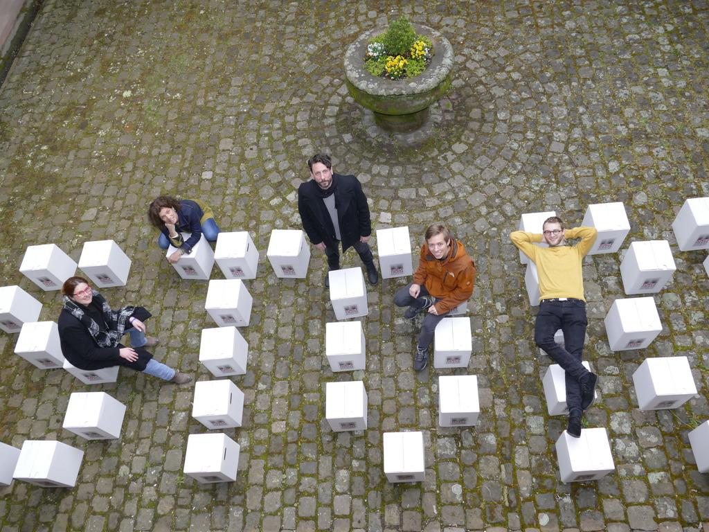 """""""Story Offenburg"""" geht weiter. Bei der Vorstellung im Offenburger Kreuzgang (v.l.n.r.): Carmen Lötsch (Kultur-Chefin der Stadt), Annette Müller (Produktionsleitung), Christian Kessler (Sound), Leonard Küßner (Komponist) und Jonathan Rieder (Video)"""