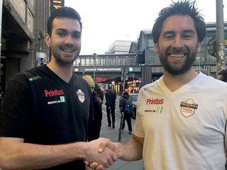 Florian Völker (links) und Teammanager Florian Scheuer besiegeln den Vertrag.
