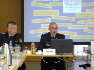 Revierleiter Markus Huber (rechts) bei der Vorstellung der Kriminalstatistik, links Volker Mäntele, Leiter Polizeiposten Wolfach