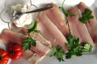 Frisch geräucherte Forellenfilets mit Sahnemeerrettich sind eine beliebte Vorspeise.
