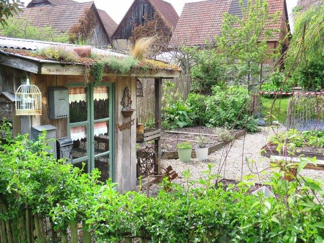 Zahlreiche private Gärten auf beiden Seiten des Rheins ...