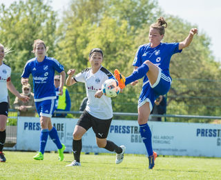 Verena Aschauer (rechts) spielt heute mit dem SC Sand gegen ihren Ex-Verein SC Freiburg, links Sands Torjägerin Nina Burger.