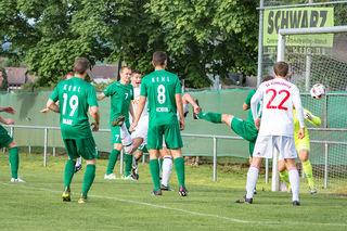 Mitten aus dem Gewühl köpft Valon Salihu (verdeckt) nach einem Freistoß von Michael Schindler und Kopfballweiterleitung von Moritz Dörflinger schon nach neun Minuten das 2:0.