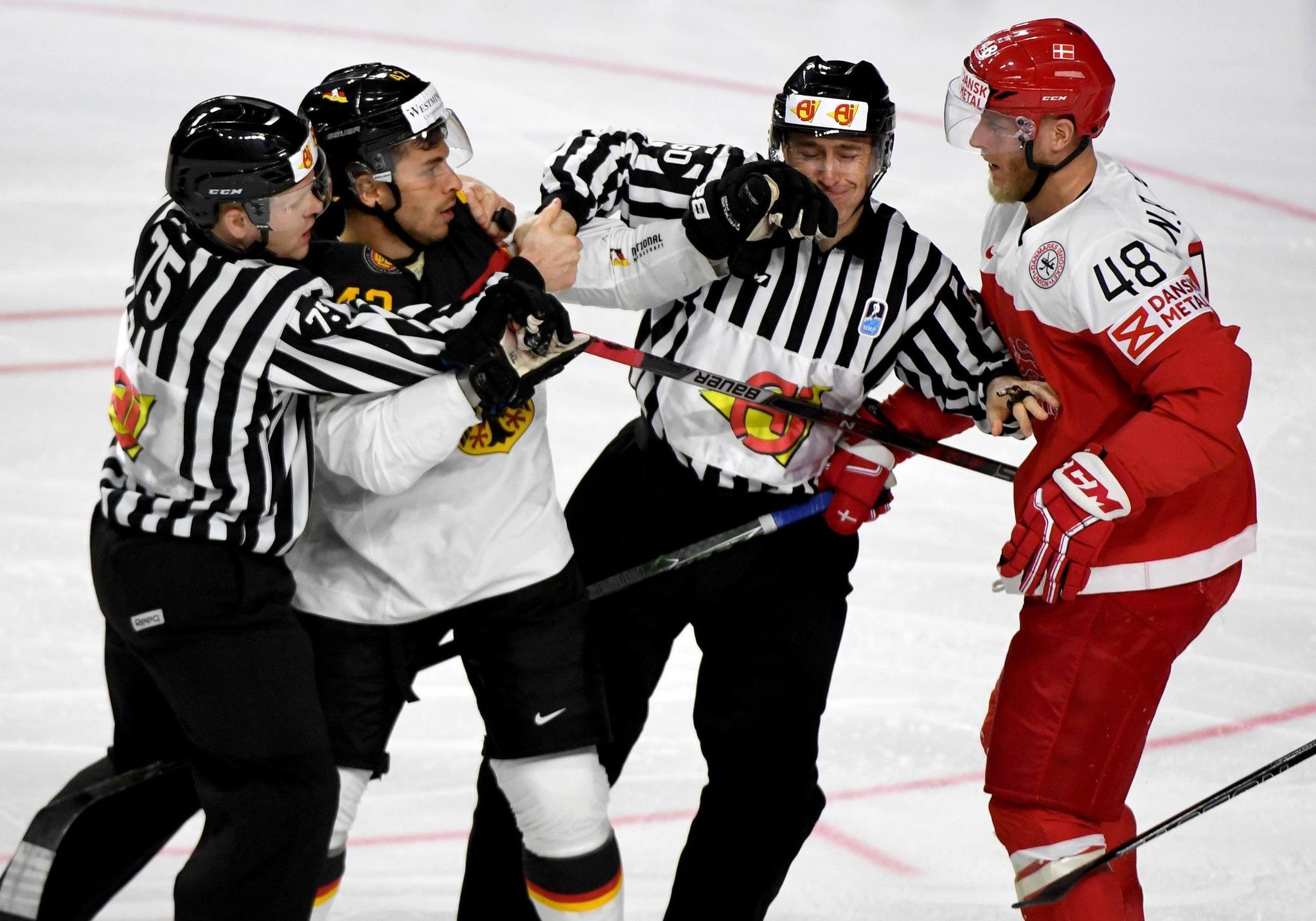 Emotionen pur: Dänemarks Nicholas Jensen (rechts) und Deutschlands Yasin Ehliz  prügeln sich auf dem Eis; die Schiedsrichter gehen dazwischen.