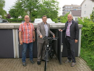 Schwimmmeister Thomas Lang (v. l.), Oberbürgermeister Klaus Muttach und Joachim Strack als Vertreter des Betonwerks Müller.