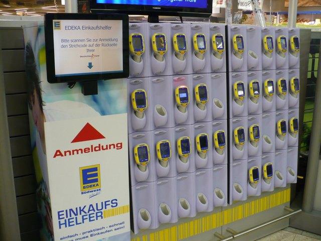 """Die """"Einkaufshelfer"""" im Offenburger E-Center warten an der Station auf ihren Einsatz."""