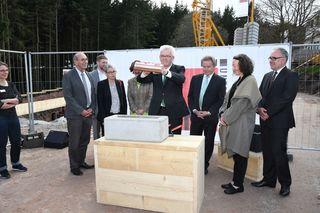 In aller Würde legte Ministerpräsident Winfried Kretschmann die Plombe in den Grundstein hinein.