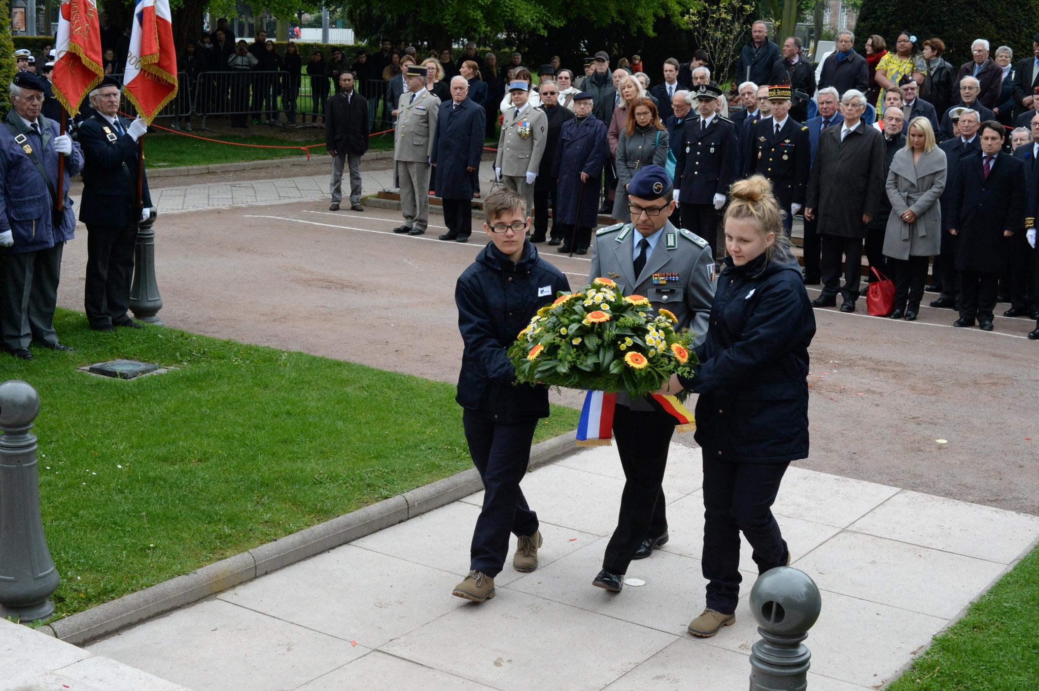 Der Kommandeur des Jägerbataillons 291, Oberstleutnant Marc-Ulrich Cropp, legt am 8. Mai in Straßburg einen Kranz zum Gedenken der Kriegstoten des Zweiten Weltkrieges nieder.