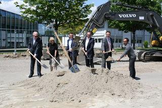 Geschäftsführer Rolf, Helena, Philip und Dr. Marc Brunner, Bürgermeister Michael Welsche sowie Christian Bechle, Henn Architekten, (von links) griffen beim Spatenstich zur Schaufel.