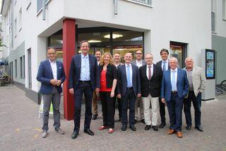 Unsere Aufnahme zeigt die neue Geschäftsführerin Gunia Wassmer (Vierte von links) gemeinsam mit dem Aufsichtsratsvorsitzenden der Renchtal Tourismus GmbH Matthias Braun (Zweiter von links) und den anderen Mitgliedern des Gremiums.
