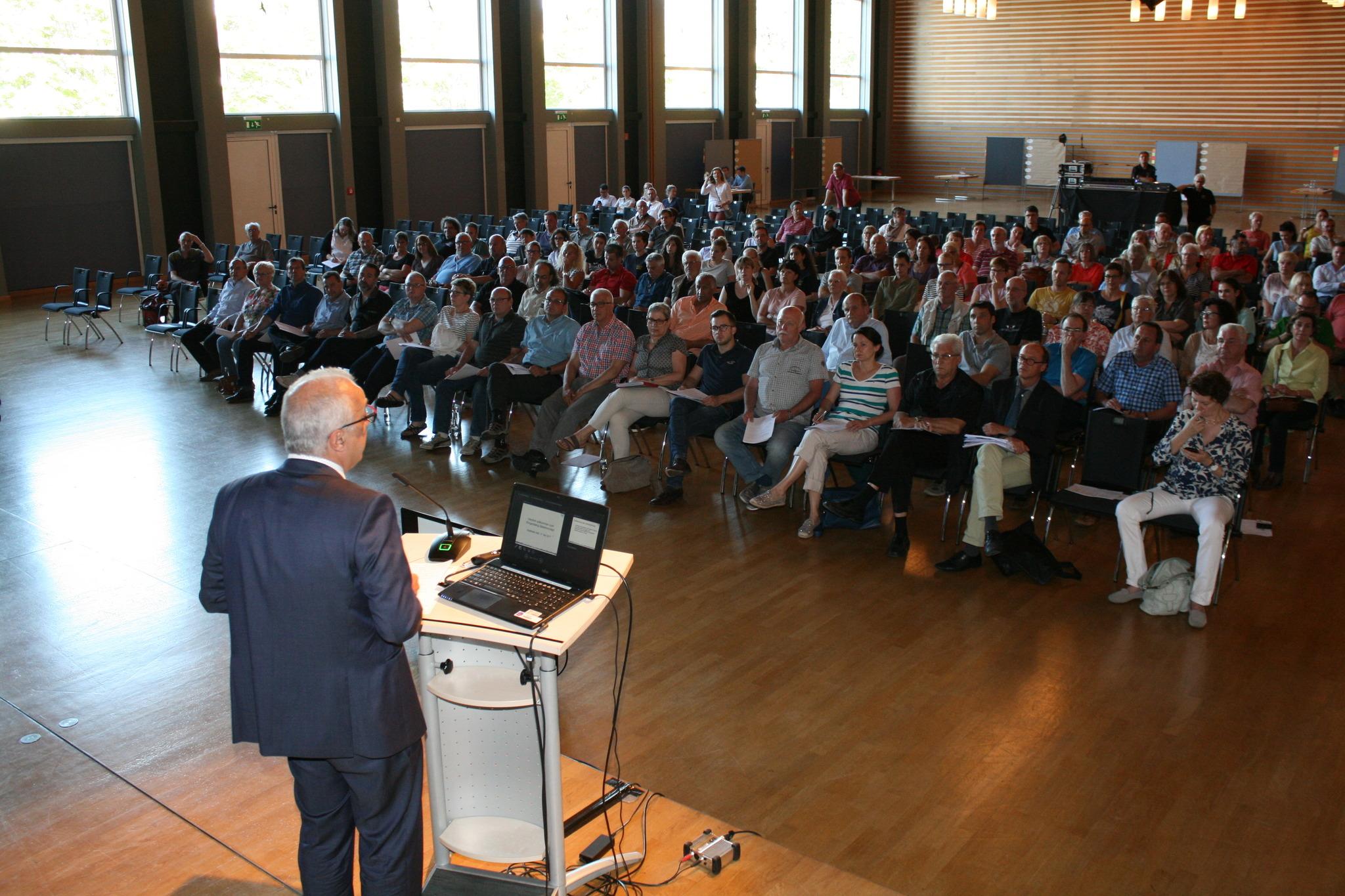 """Rund 160 Bürger, dazu die Vertreter des Gemeinderates, kamen zum Bürgerdialog """"Bäderlandschaft"""" in Kehl."""