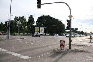 Die B28 ist während der Bauarbeiten immer vierspurig befahrbar, es kann nur nicht in jede einmündende Straße abgebogen werden.
