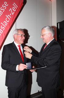 Sparkassenpräsident Peter Schneider (rechts) überreichte Heinz Winkler  die Goldene Sparkassenmedaille.
