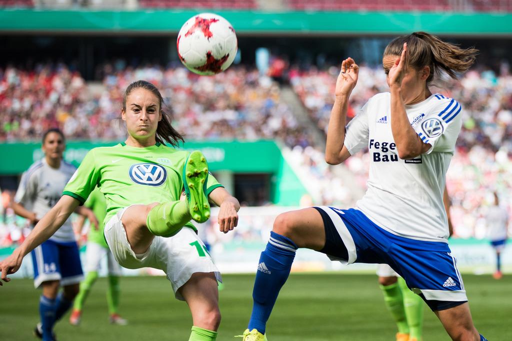 Sands Claire Savin (rechts) mit Wolfsburgs Tessa Wullaert beim Pokalendspiel im Kampf um den Ball