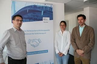 Felix Braun, Vorstand des Zentrums für Schlichtung in Kehl (links), mit den beiden Streitmittlern Andrea Kinder (Mitte) und Stefan Weiser (rechts) bieten einen neuen Weg, Rechtsstreitigkeiten zwischen Kunden und Unternehmen zu klären.