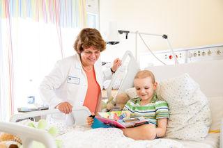 Prof. Dr. Charlotte Niemeyer bein einem jungen Patienten.