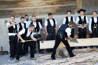 Zimmermannslehrlinge präsentieren sich in ihrer Kluft