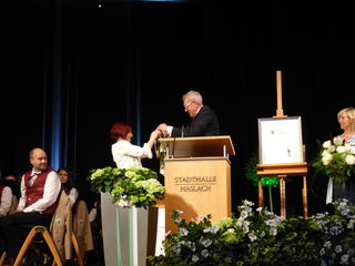 Heinz Winkler übergibt seine Amtskette Dr. Karla Mahn, rechts Bärbel Winkler.