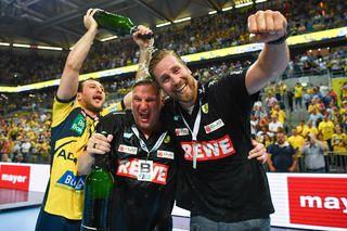 Meisterschaft vorzeitig errungen: Dejan Manaskov, Trainer Nikolaj Jacobsen und der sportliche Leiter Oliver Roggisch von den Rhein-Neckar Löwen (von links) feiern nach dem Sieg gegen Kiel.