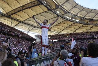 Alexandru Maxim vom VfB Stuttgart steht auf dem Dach der Auswechselbank in der Mercedes-Benz Arena und feier mit den Fans die gewónnene Meisterschaft.
