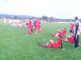 Erschöpfte Spieler von Mundolsheim nach der Begegnung in Elgersweier. Hinten im weißen Trikot die Mannschaft des VfR.
