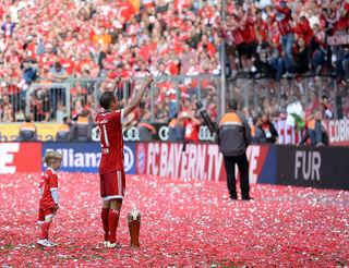 Bayern Münchens Kapitän Philipp Lahm ließ sich zum Abschied minutenlang von seinen Fans feiern.