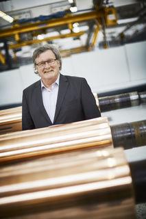 Egon Weimer zwischen den Druckzylindern: Jeder Arbeitsschritt der Druckerei – hier im Stammwerk an der Kronenstraße in Offenburg – ist ihm vertraut.