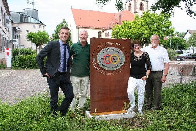 Vor dem Friesenheimer Rathaus: Bürgermeister Erik Weide (v. l.), Vorgänger Armin Roesner, Jubiläumsvereins-Vorsitzende Charlotte Schubnell, Heiligenzells Ortsvorsteher Gerold Eichhorn