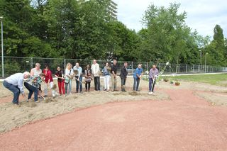 Die Mitglieder des interkulturellen Beirates der Stadt Lahr sowie Ulrike Karl für die Landesgartenschau Lahr und Gerhard Hugenschmidt, Vorsitzender von BW-Grün, nahmen den Spatenstich für den interkulturellen Garten vor.