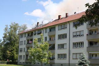 Dunkler Qualm liegt am Samstagmittag über der Offenburger Oststadt.