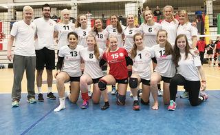 Die Volleyballerinnen des VC Offenburg: Links Cheftrainer Christopher Röder, daneben Florian Völker, der ihn unterstützte.
