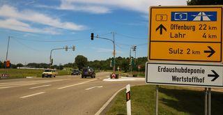 """Die Ampel für ein sicheres Einbiegen auf die Bundesstraße sowie Überqueren des """"Sulzer Kreuzes"""" für Radfahrer und Fußgänger geht am Mittwoch in Betrieb."""