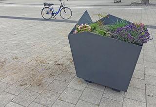 Geplündert: Blumenkübel auf dem Bahnhofsvorplatz