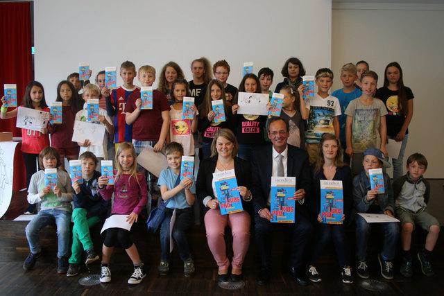 """Oberbürgermeister Matthias Braun und Anita Huber präsentieren zusammen mit Kindern und Jugendliche das neue """"Pro Kids""""-Programm."""