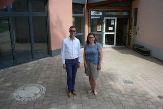 Vor dem nun endlich richtig gepflasterten Eingang, links der neue Anbau: Kai Möschle und Christina Himmelsbach