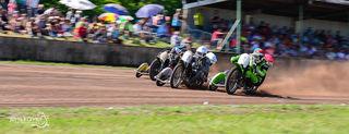 Raphael San Millan/Benedikt Zapf (innen) gewannen das Seitenwagenrennen in Altrip.
