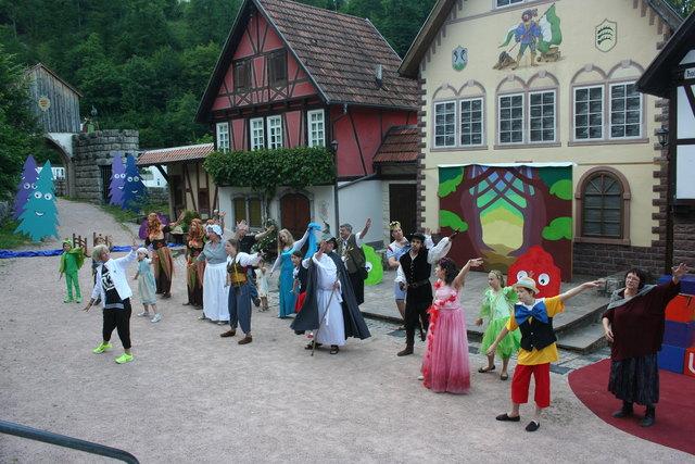 Seit vielen Jahren studiert Tanzlehrerin Susi Dangl aus Zell (links vorne) mit dem Freilichtbühnen-Team die Tanzszenen ein. Auch beim neuen Stück gibt es wieder peppige Tänze.