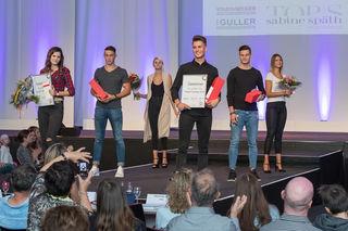 Die Gewinner Annalena Kronenwitter (l.) und Darius Wycisk (4. v. l.) sowie die vier Platzierten beim Model-Wettbewerb 2016