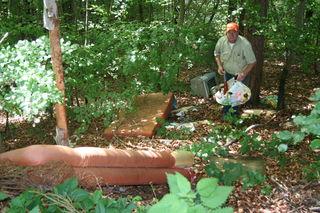 Bernhard Göppert in einer naturbelassenen Mülldeponie