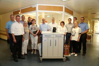 Mitglieder des Fördervereins mit einem der Servicewagen in der Station im Erdgeschoss des Ortenau Klinikums in Oberkirch.