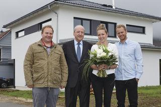 Zum 35.000 Weberhaus gratulierte Hans Weber (Zweiter von links) dem Bauherrenpaar Martina Schairer und Benjamin Schöller, zusammen mit Bauleiter Joachim Fetscher (links).