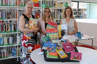 Kofferübergabe (v. l.):Karin Jäckel, Autorennetzwerk Ortenau/Elsass, Simone Pohl, Integrationsbeauftragte, Berit Dietsche, Mediatheksleiterin