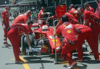 Die Ferrari-Crew hatte mit dem Boliden von Sebastian Vettel viel Arbeit. Am Ende reichte es nur zum vierten Platz.