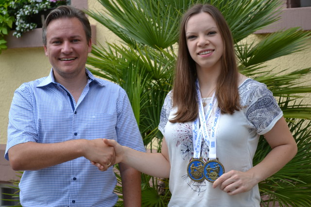 Oliver Rastetter gratuliert Jenny Dahlström zur Weltmeisterschaft.